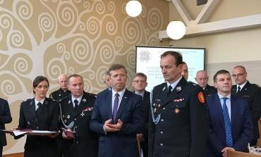 Piotr Ćwik odznaczył Strażaków
