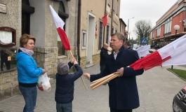 Akcja rozdawania biało-czerwonych flag w Miechowie