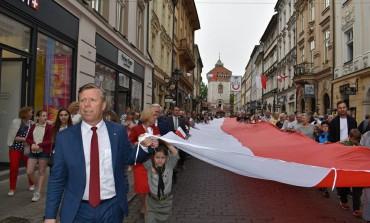 Mamy to! Rekord na najdłuższą flagę państwową należy od dziś do Krakowa